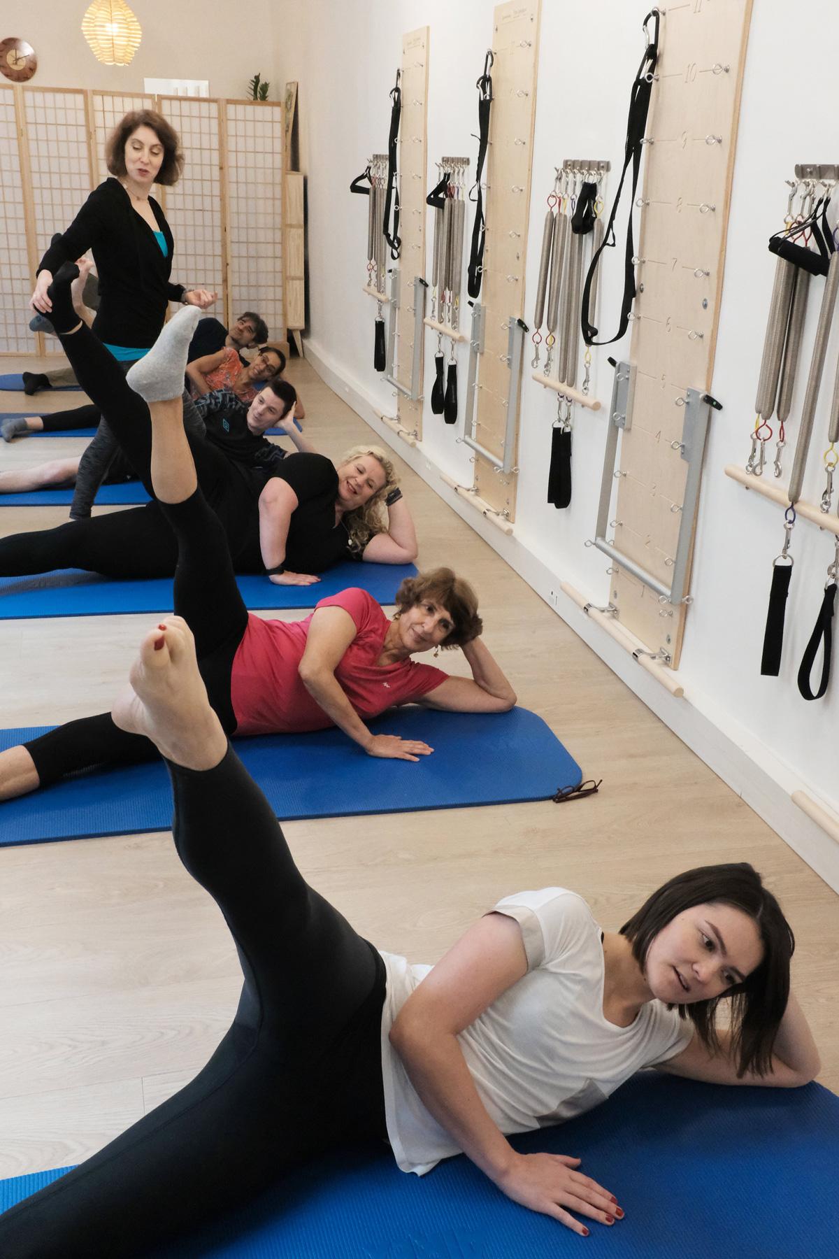 Cours collectif de Pilates au sol sur tapis